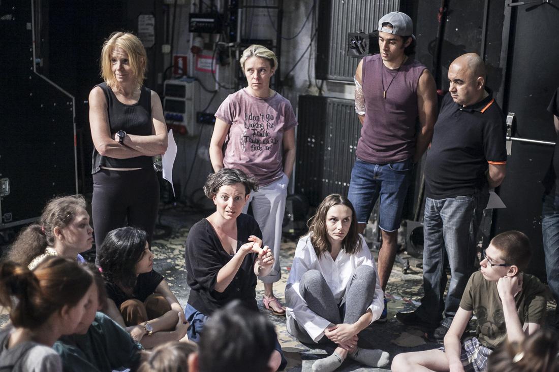 """Alicja Borkowska, reżyserka, z grupą aktorską podczas próby do spektaklu """"Bogowie"""""""